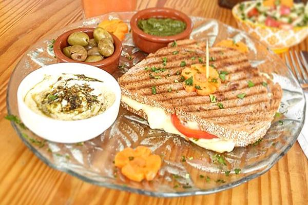 טוסט טבעוני - טבע האוכל - מסעדה טבעונית מומלצת