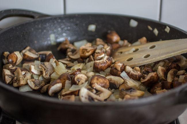 כריכים בריאים - בצל ופטריות במחבת