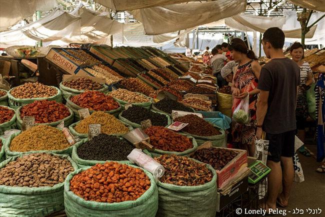 מבחר עצום של קטניות ואגוזים בשוק בקירגיסטן