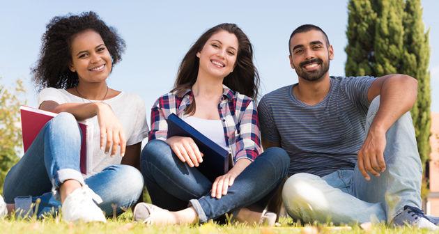 סטודנטים יושבים על הדשא