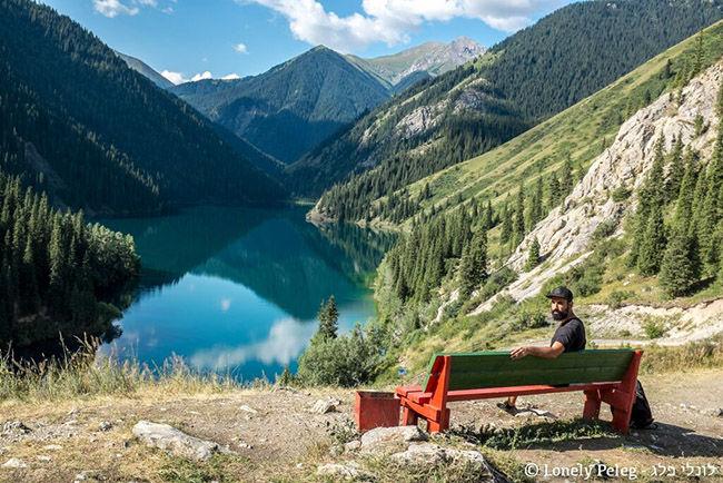נח מול נוף מרהיב בקזחסטן