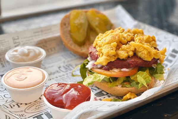 המבורגר הענק הירוק עם מקושקשת טבעונית