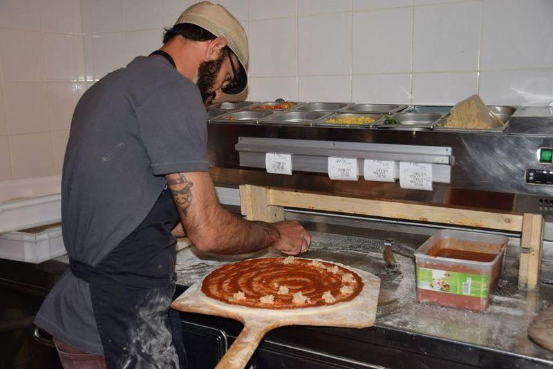 מכינים את הפיצה