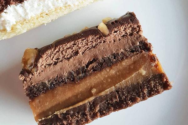עוגת סניקרס טבעונית אופמן האופה