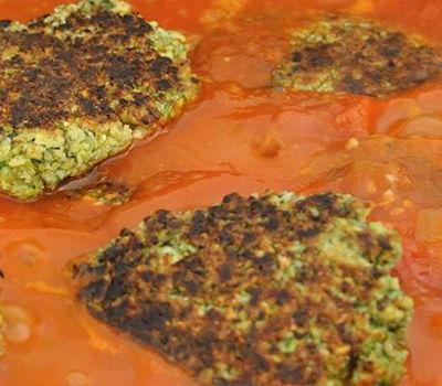 קציצות עדשים ושקדים ברוטב עגבניות | מתכון וצילום: VeganHightechMom