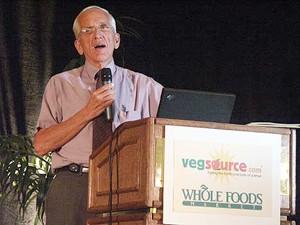 קמפבל מרצה על מחקרו (VegSource.com)