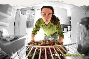 סקוט יורק ליד המקרר, מתוך אתר האינטרנט שלו